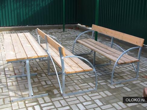 Садовые скамейки и столик.